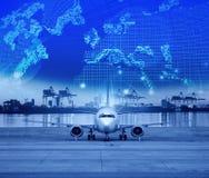Vrachtvliegtuigparkeren in luchthavenbanen en verschepende haven erachter stock fotografie