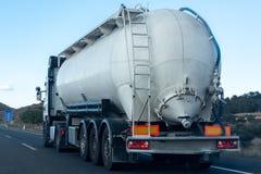 Vrachtvrachtwagen die en goederen op de weg reizen vervoeren om de bestemming te bereiken royalty-vrije stock fotografie
