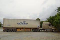 Vrachtvrachtwagen met zwaar vervoer op parkeren Royalty-vrije Stock Foto