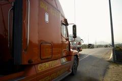 Vrachtvrachtwagen op de wegweg Stock Foto's