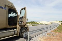 Vrachtvrachtwagen op de wegweg Stock Afbeelding