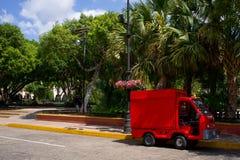 Vrachtwagen aan kant van straat in Mexico royalty-vrije stock foto