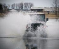 Vrachtwagen bespattend water royalty-vrije stock foto