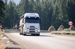 Vrachtwagen bij de landweg Royalty-vrije Stock Foto's