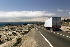 Vrachtwagen bij een kustweg Stock Foto's