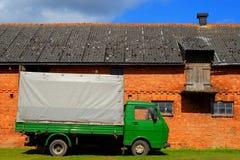Vrachtwagen bij het boerenerf Royalty-vrije Stock Fotografie