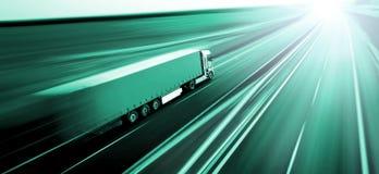 Vrachtwagen bij het de motieonduidelijke beeld van de asfaltweg Stock Foto