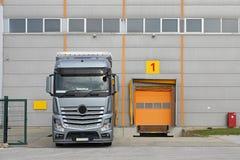 Vrachtwagen bij Pakhuis Stock Afbeeldingen