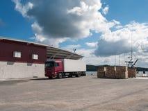 Vrachtwagen bij vissershaven Lading en het verschepen royalty-vrije stock foto's
