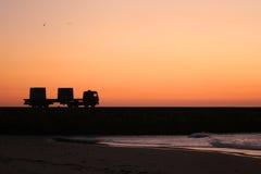 Vrachtwagen bij zonsondergang Stock Afbeeldingen