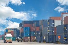 Vrachtwagen in containerdepot Stock Afbeelding