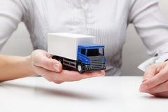 Vrachtwagen in de handen (concept) Royalty-vrije Stock Foto