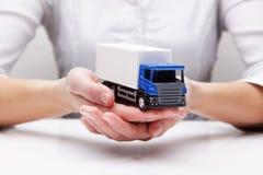Vrachtwagen in de handen (concept) Stock Fotografie