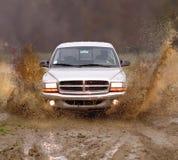 Vrachtwagen in de modder Stock Foto's