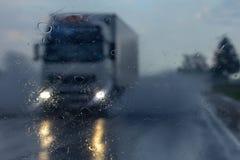 Vrachtwagen in de regen Royalty-vrije Stock Afbeelding