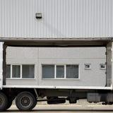 Vrachtwagen dichtbij pakhuis Royalty-vrije Stock Afbeeldingen