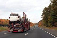 Vrachtwagen die Auto's Vervoer Royalty-vrije Stock Afbeeldingen