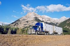 Vrachtwagen die bergop gaat Royalty-vrije Stock Afbeelding
