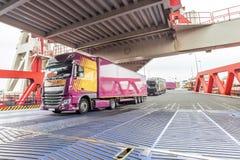 Vrachtwagen die binnen de brug van de embarkmentveerboot binnengaan royalty-vrije stock foto