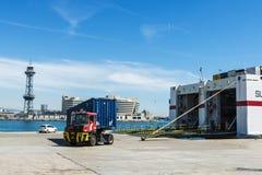 Vrachtwagen die in de greep van een vrachtschip gaan Royalty-vrije Stock Foto