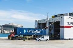 Vrachtwagen die in de greep van een vrachtschip gaan Stock Fotografie