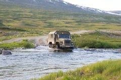 Vrachtwagen die een rivier kruist Royalty-vrije Stock Afbeeldingen