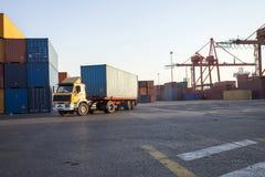 Vrachtwagen die in haven dragende containers werken Stock Fotografie