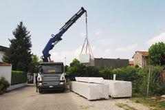Vrachtwagen die Houten Pakketten levert Stock Afbeeldingen