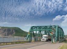 Vrachtwagen die ijzerbrug kruisen royalty-vrije stock afbeeldingen