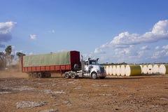 Vrachtwagen die katoenen balen leveren Royalty-vrije Stock Fotografie