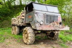 Vrachtwagen die met logboeken wordt geladen Stock Foto's