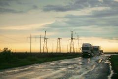 Vrachtwagen die op natte weg berijden Stock Afbeeldingen