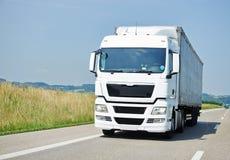 Vrachtwagen die zich met aanhangwagen op steeg bewegen Royalty-vrije Stock Fotografie