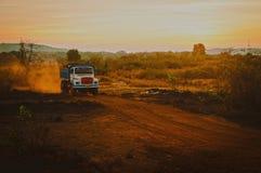 Vrachtwagen die zich op de landelijke weg in India bewegen Royalty-vrije Stock Foto's