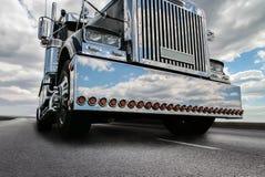 vrachtwagen die zich op een weg van het land bewegen royalty-vrije stock fotografie