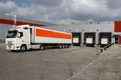 Vrachtwagen door ladingsdokken Royalty-vrije Stock Fotografie