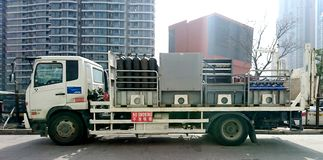 Vrachtwagen dragende Gasflessen stock fotografie