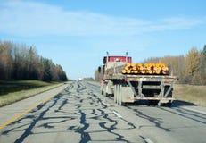 Vrachtwagen dragende pijpen op weg Royalty-vrije Stock Fotografie