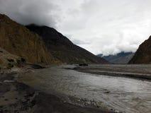 Vrachtwagen in een Himalayan-Rivierbed tijdens Moesson royalty-vrije stock afbeelding