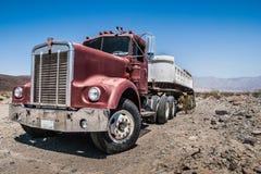 Vrachtwagen in een woestijn Stock Afbeeldingen