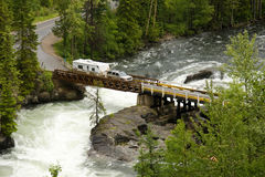 Vrachtwagen en aanhangwagen die een rivier kruisen royalty-vrije stock fotografie