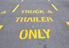 Vrachtwagen en aanhangwagenparkerenteken Stock Foto's