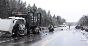 Vrachtwagen en autoongeval stock video