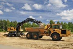 Vrachtwagen en graver Stock Foto
