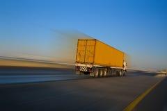Vrachtwagen en het motieonduidelijke beeld Stock Afbeelding