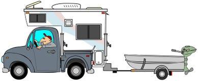 Vrachtwagen en kampeerauto die een kleine boot trekken Royalty-vrije Stock Afbeeldingen