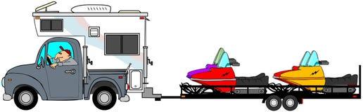 Vrachtwagen en kampeerauto die sneeuwscooters trekken Stock Afbeeldingen