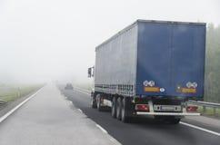 Vrachtwagen en mist royalty-vrije stock fotografie