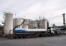 Vrachtwagen en Opslagtanks in olieraffinaderij Royalty-vrije Stock Afbeelding