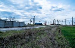 Vrachtwagen en trein op de weg dichtbij gebied Royalty-vrije Stock Foto's